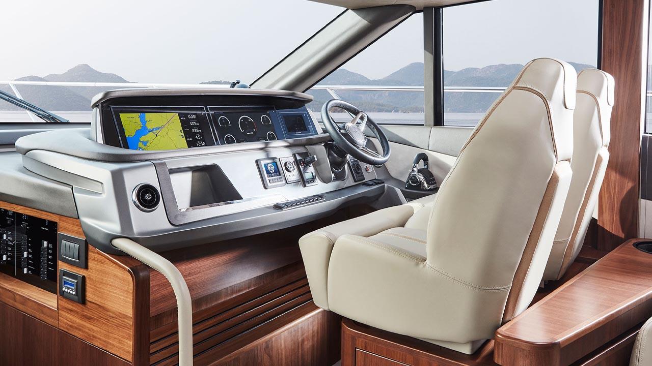 4-f55-interior-helm