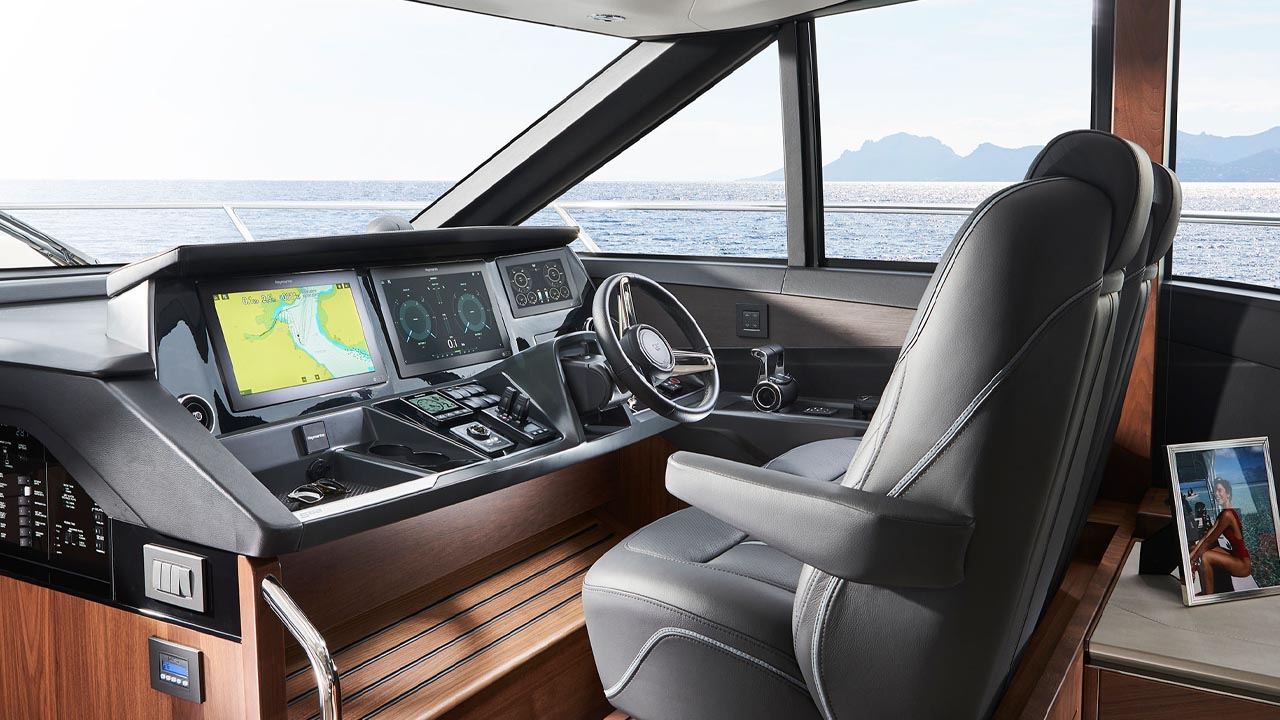 6-s62-interior-helm