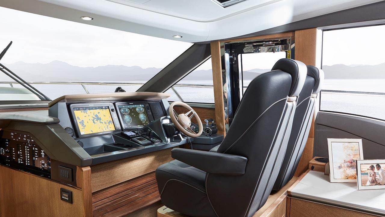 6-v65-interior-helm