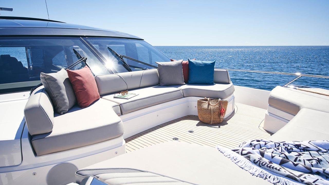 6-v78-exterior-foredeck-seating-detail