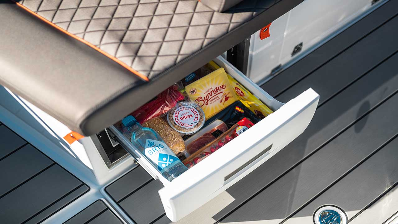 605 Noblesse details - fridge