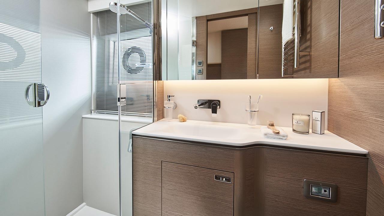 9-v55-interior-owners-bathroom-silver-oak-satin