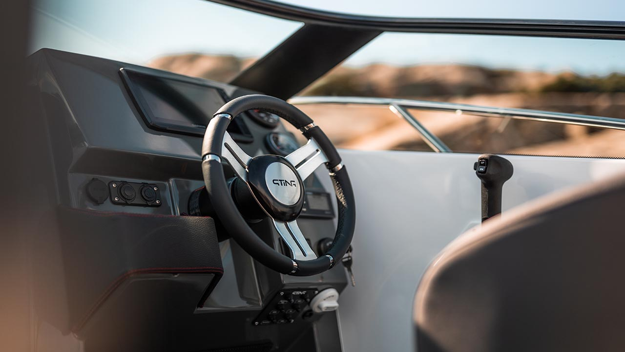Sting 610 BR details - dashboard and steering wheel